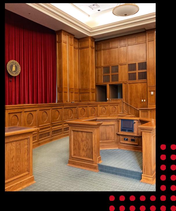 Bild von einem Arbeitsgericht mit Holzverkleidung und rotem Vorhang