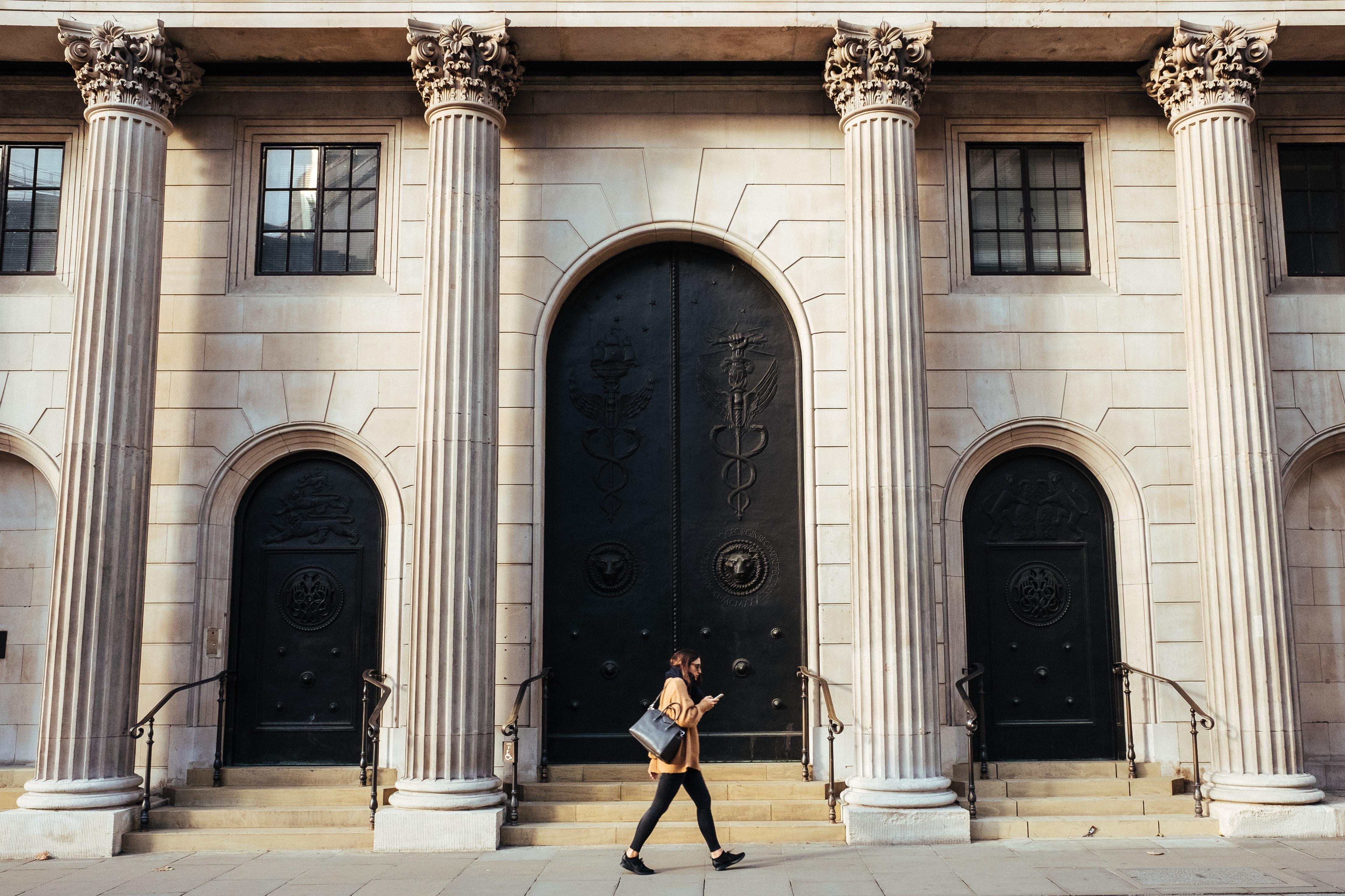 Internaliser ou externaliser le KYC : le dilemme des banques et institutions financières