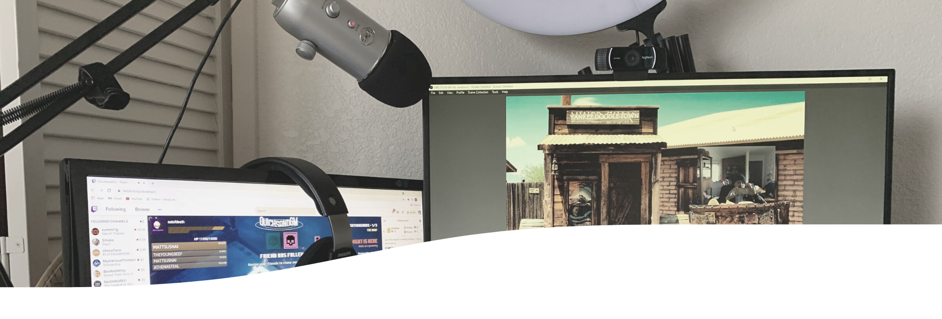 Two Monitors setup for streaming with microphone