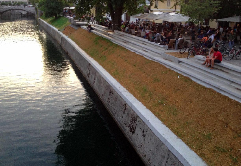 Ljubljanica ( Ljubljana ) Protierozijska zaščita brežin - kokosova mreža - Sanacija brežine