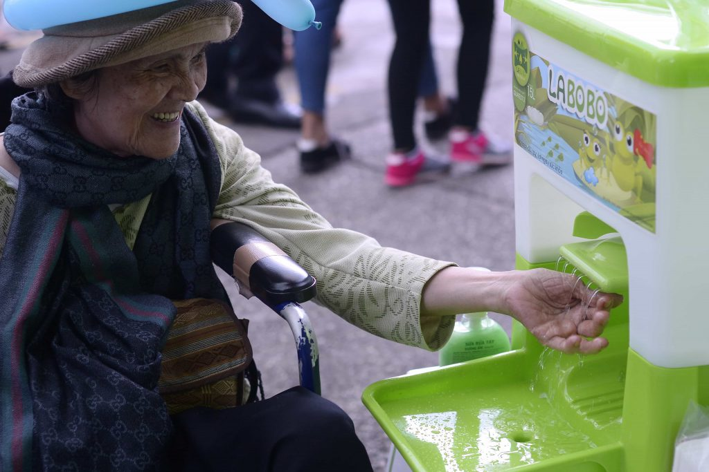 Beyond hardware: how a portable sink can inspire behaviour change