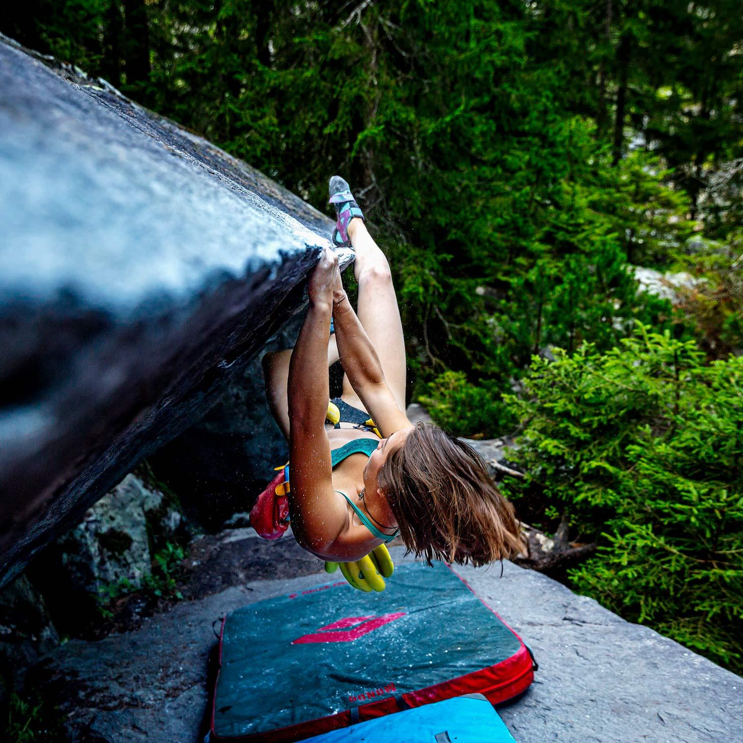 climber girl hanging on rock ©KontraPixel
