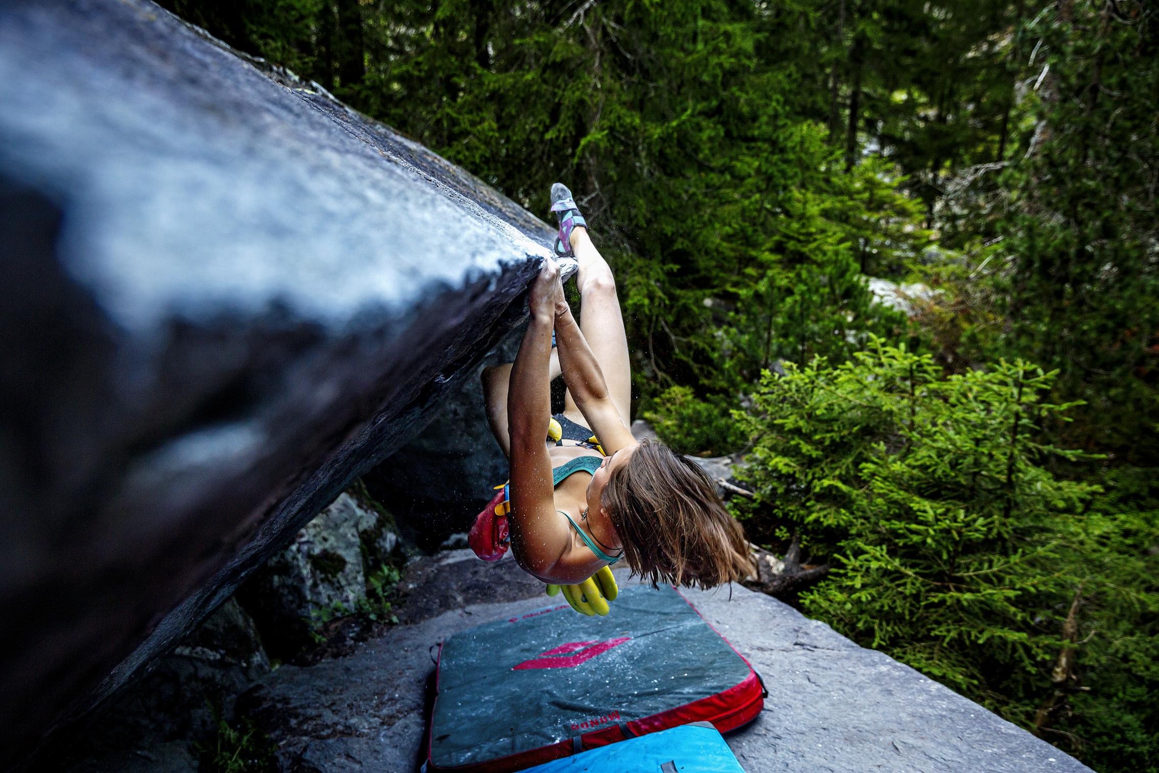 ©KontraPixel climber girl hanging on rock