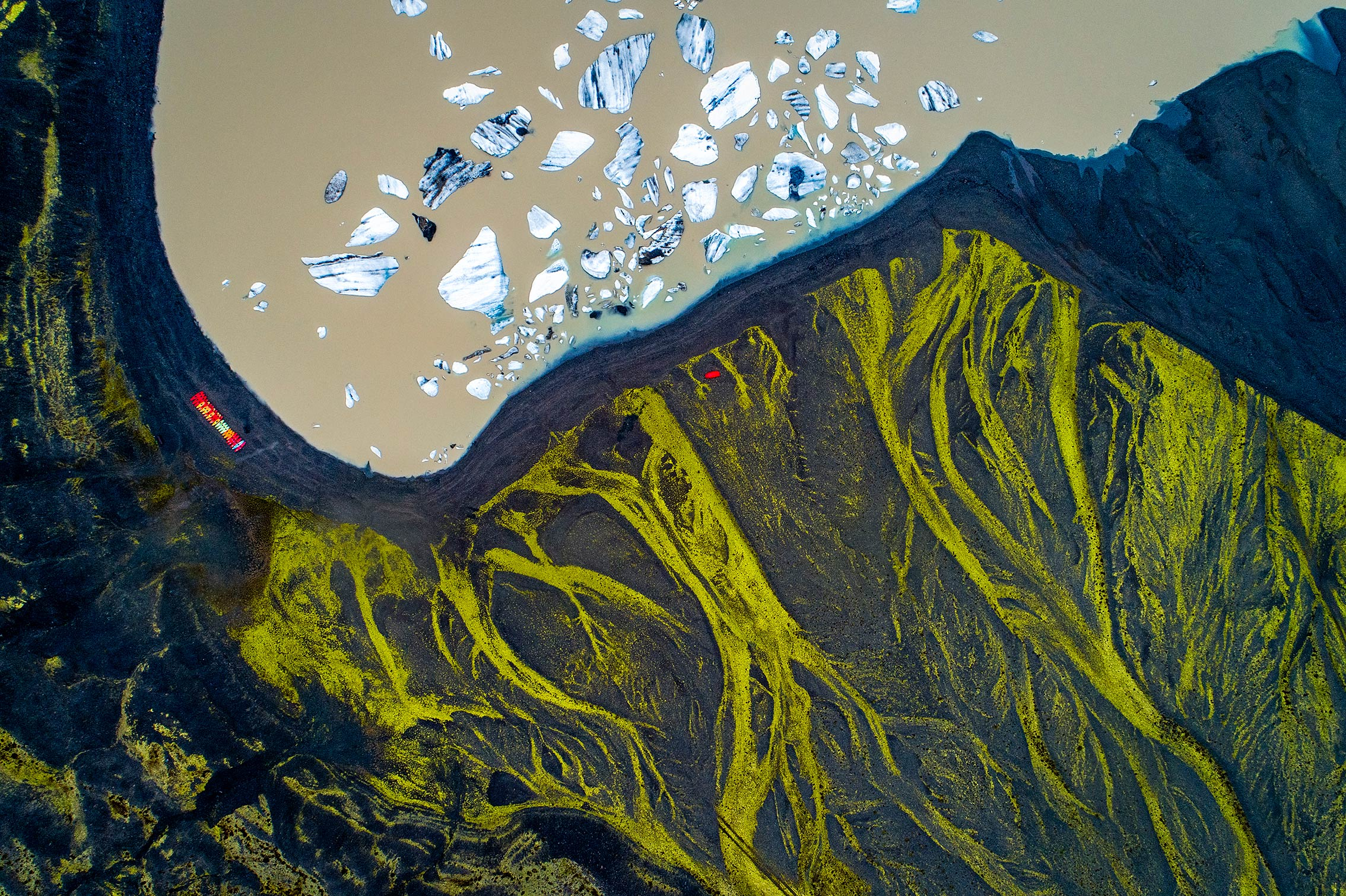 glacier lagoon with icebergs and moss growing over rocks ©KontraPixel