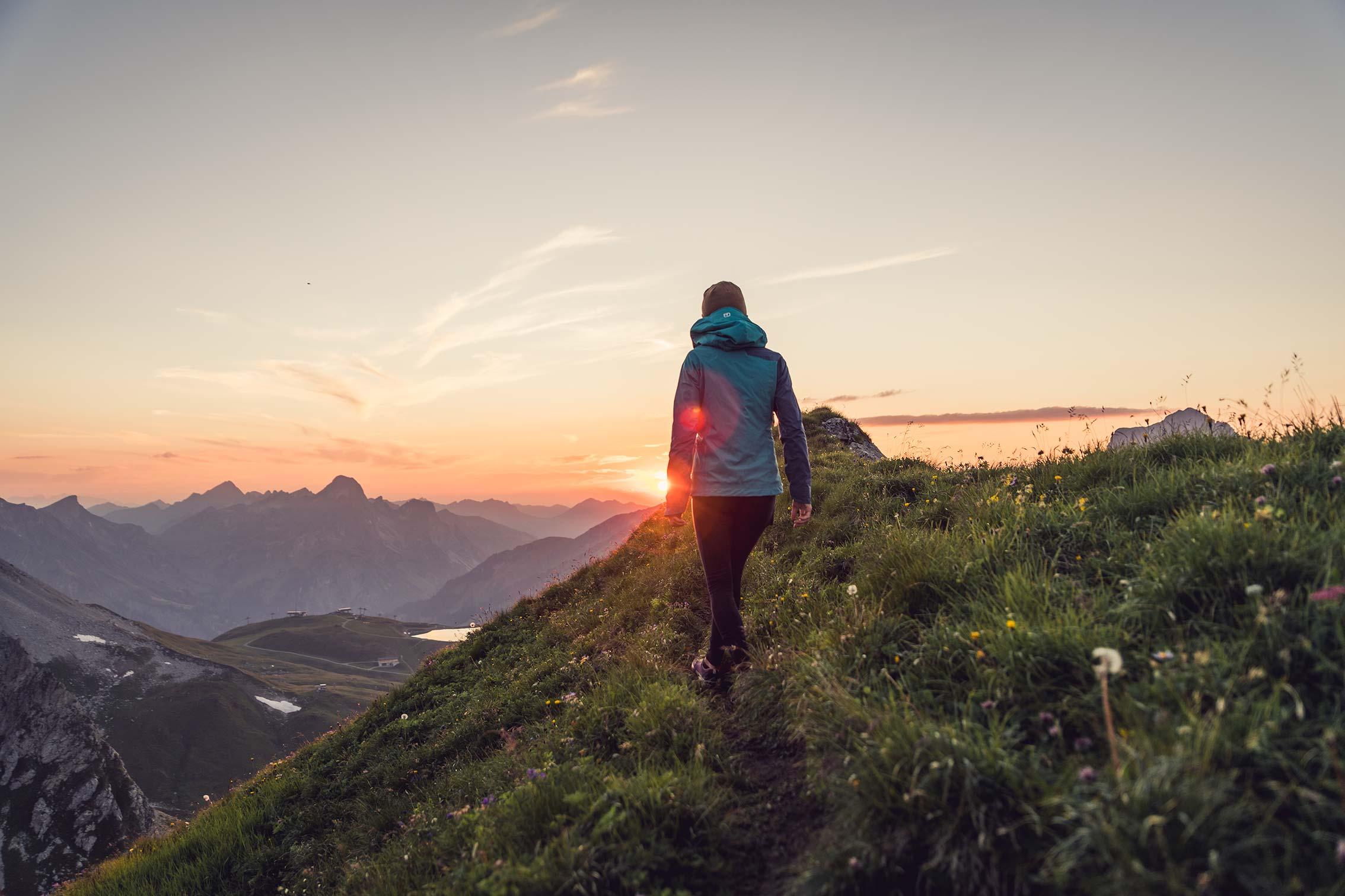 girl hiking in sunset ©Miriam Mayer