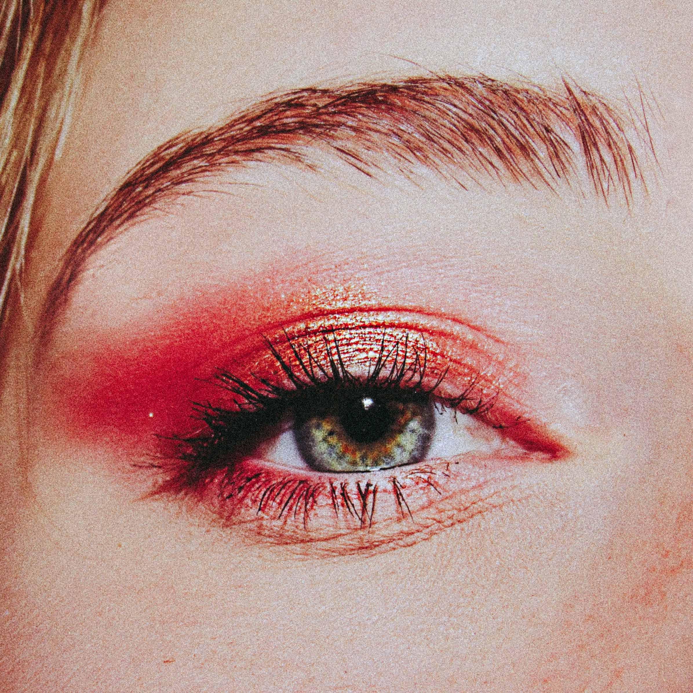 Groen oog met oranje ogenschaduw
