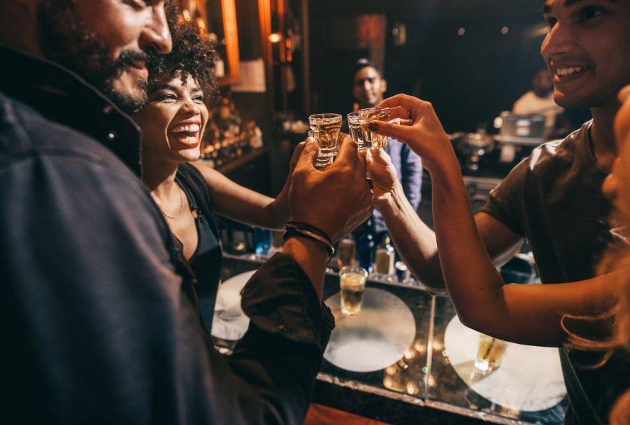 Un grupo de personas brindando con alcohol