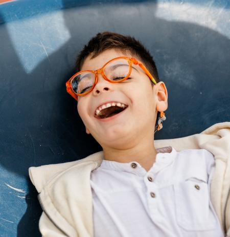 Un niño que se ríe