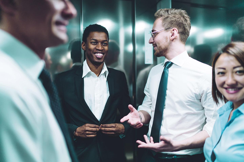 colegas de trabalho sorrindo em um ambiente corporativo