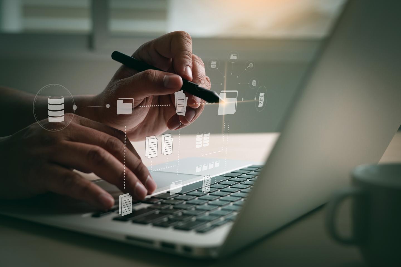 caneta tecnológica e sistema informatizado em frente ao notebook