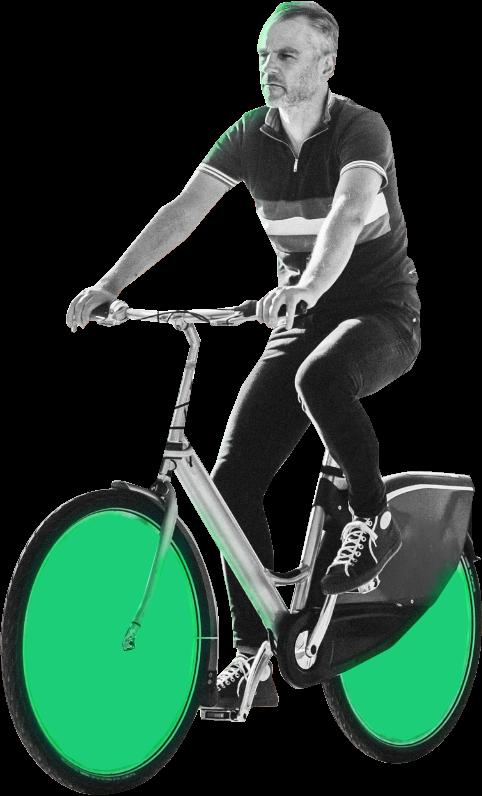 Pusmūža vīrietis brauc ar velosipēdu.