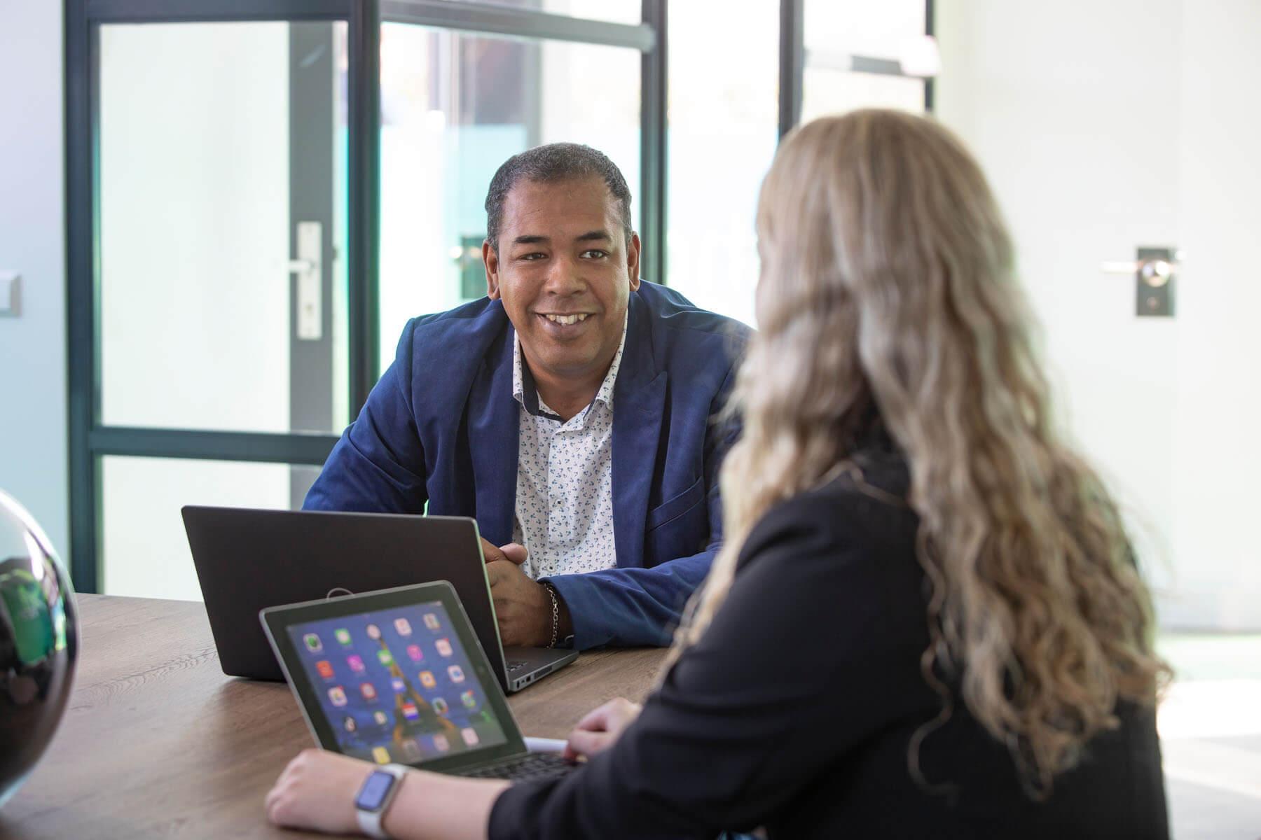 Cloud consultant op kantoor