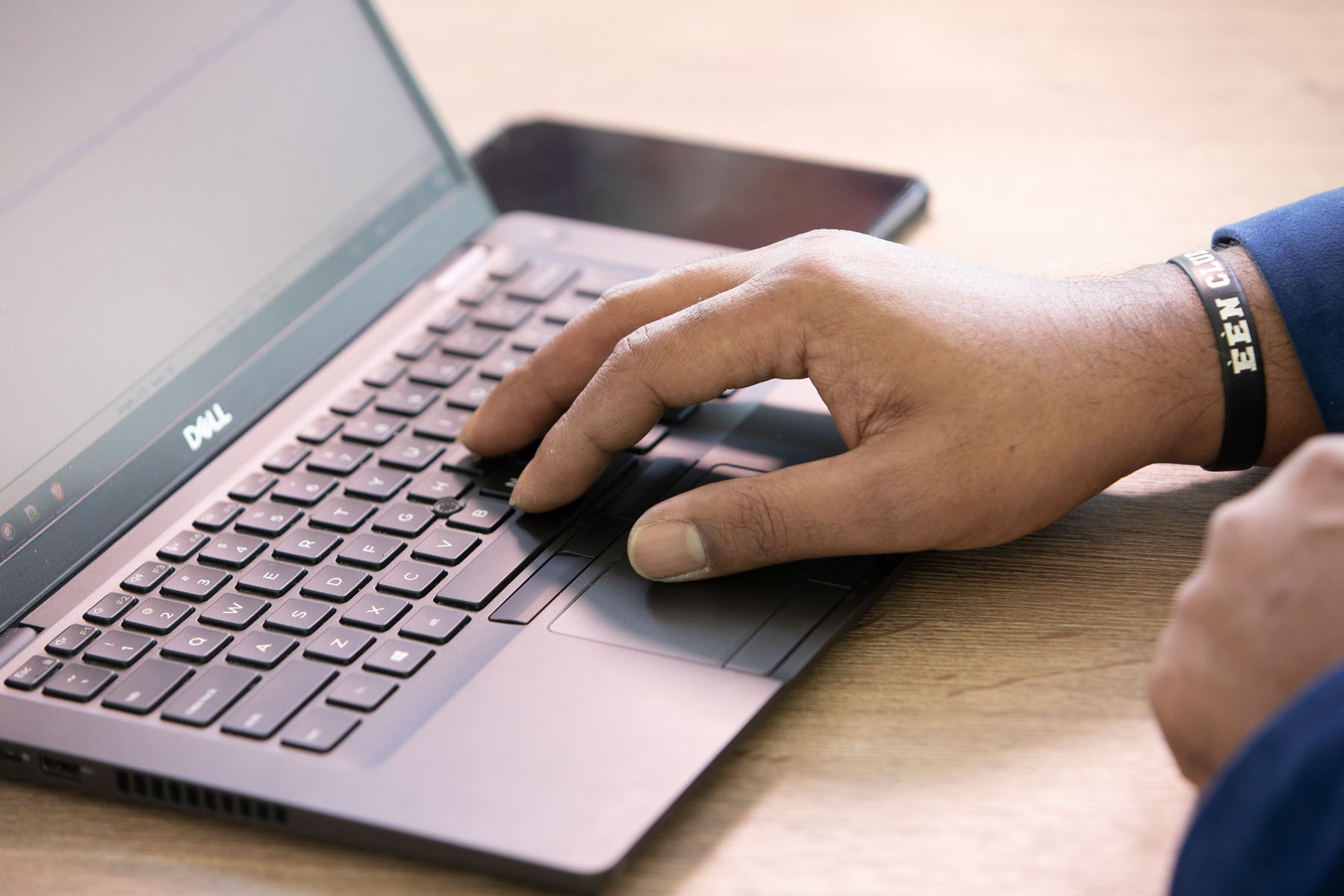 hand van consultant op laptop