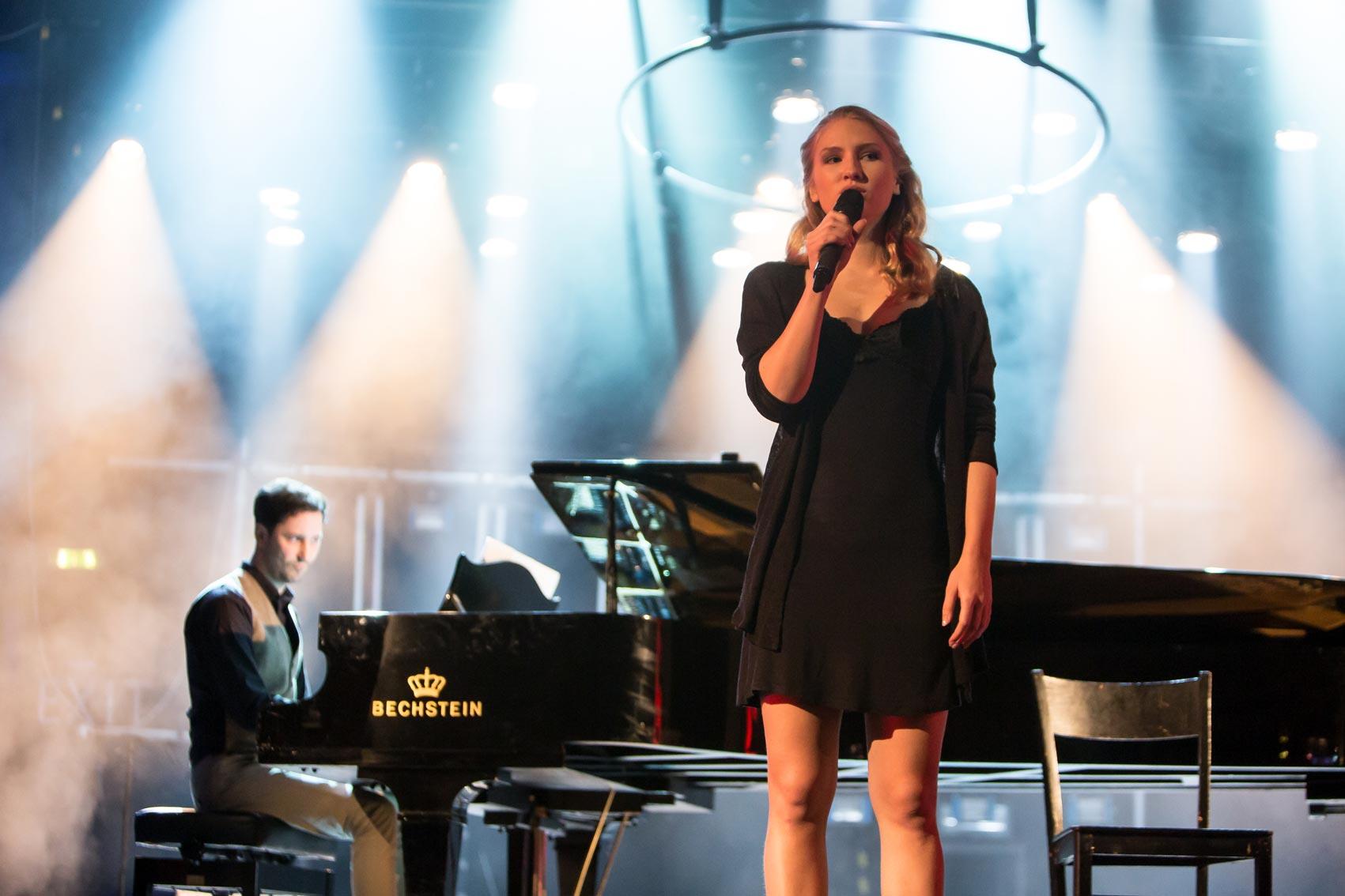 Nicola Kripylo sings on stage