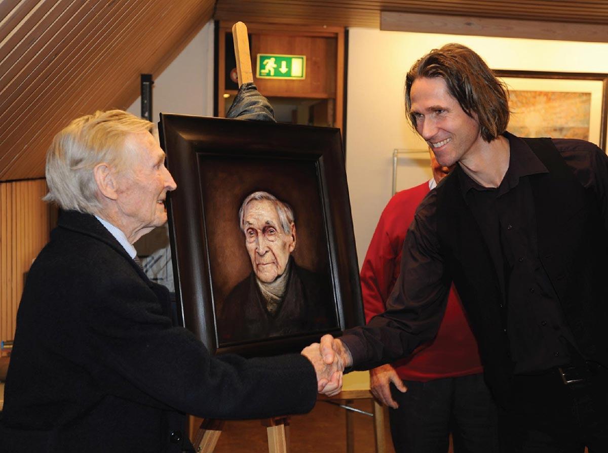"""Ross Kolby hilser på motstandsmann Gunnar """"Kjakan"""" Sønsteby under avdukningen av portrettet på Norges Hjemmefrontmuseum i 2011."""