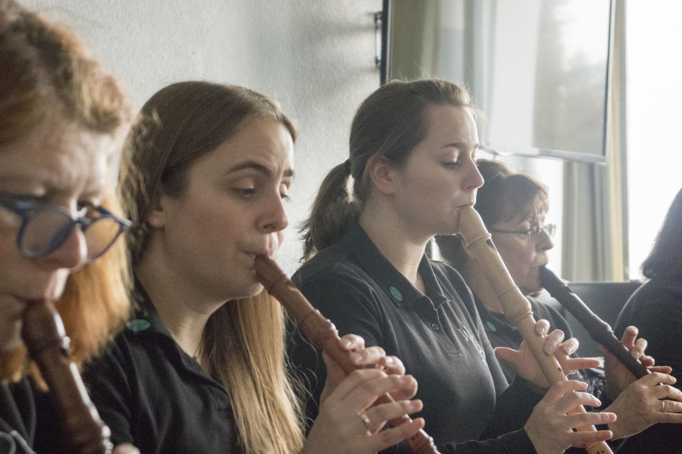 Die Frauen vom WBE spielen Blockflöte.