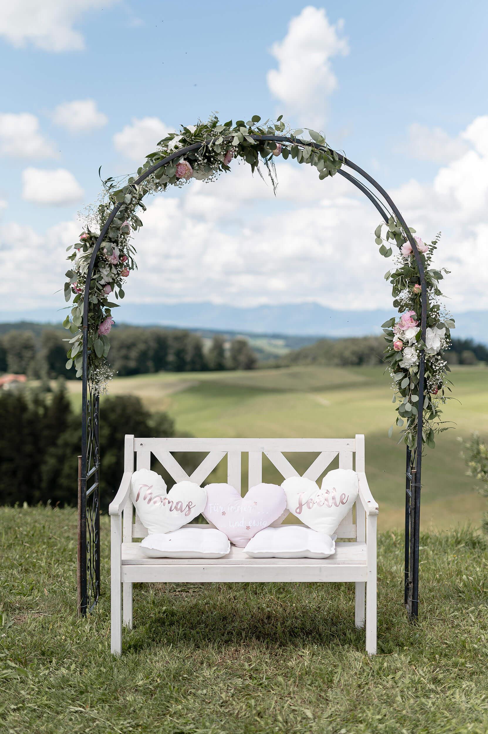 Hochzeitsfoto mit Bogen und Bänkli