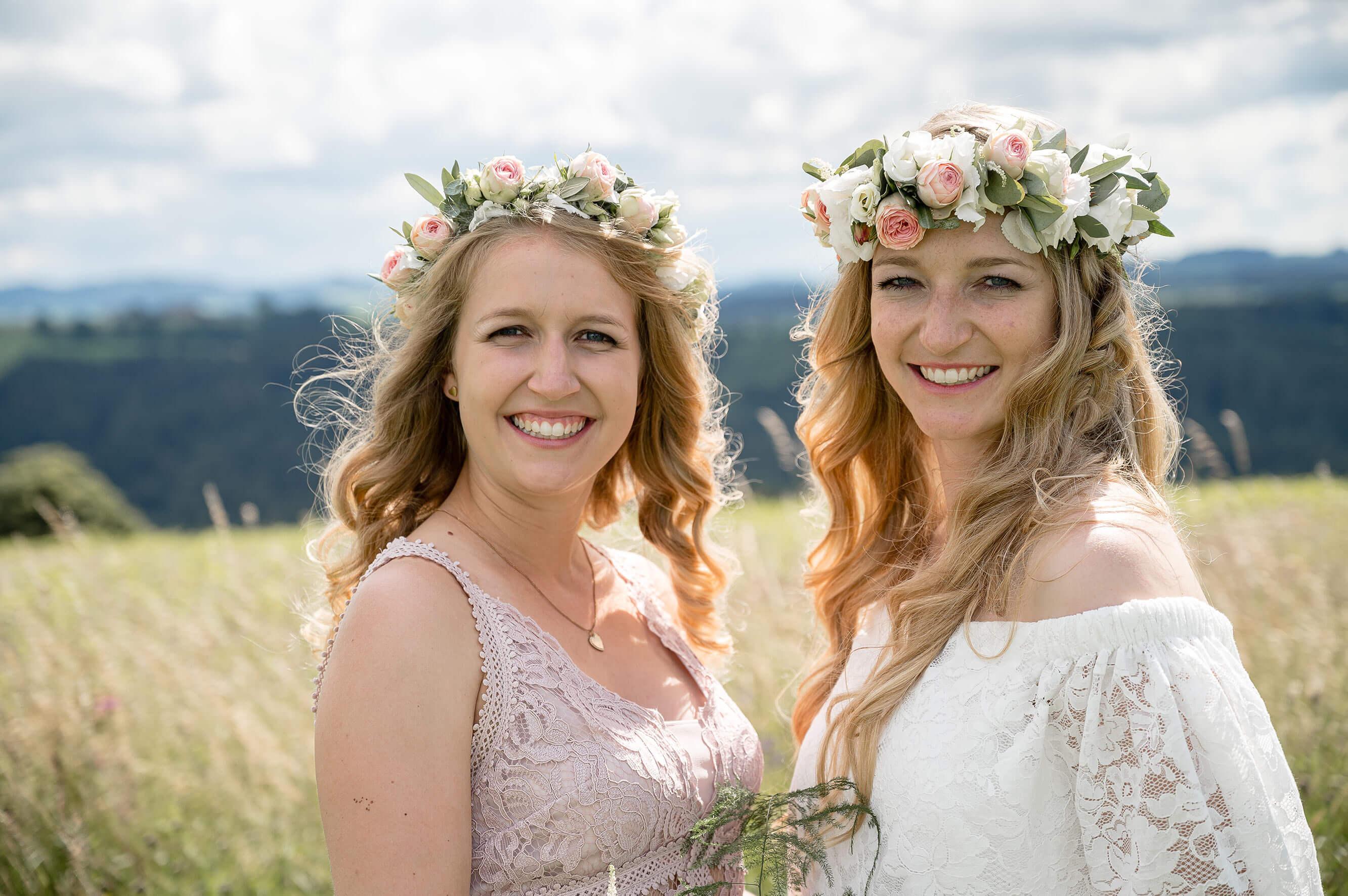 Hochzeitsfoto Braut und Schwester