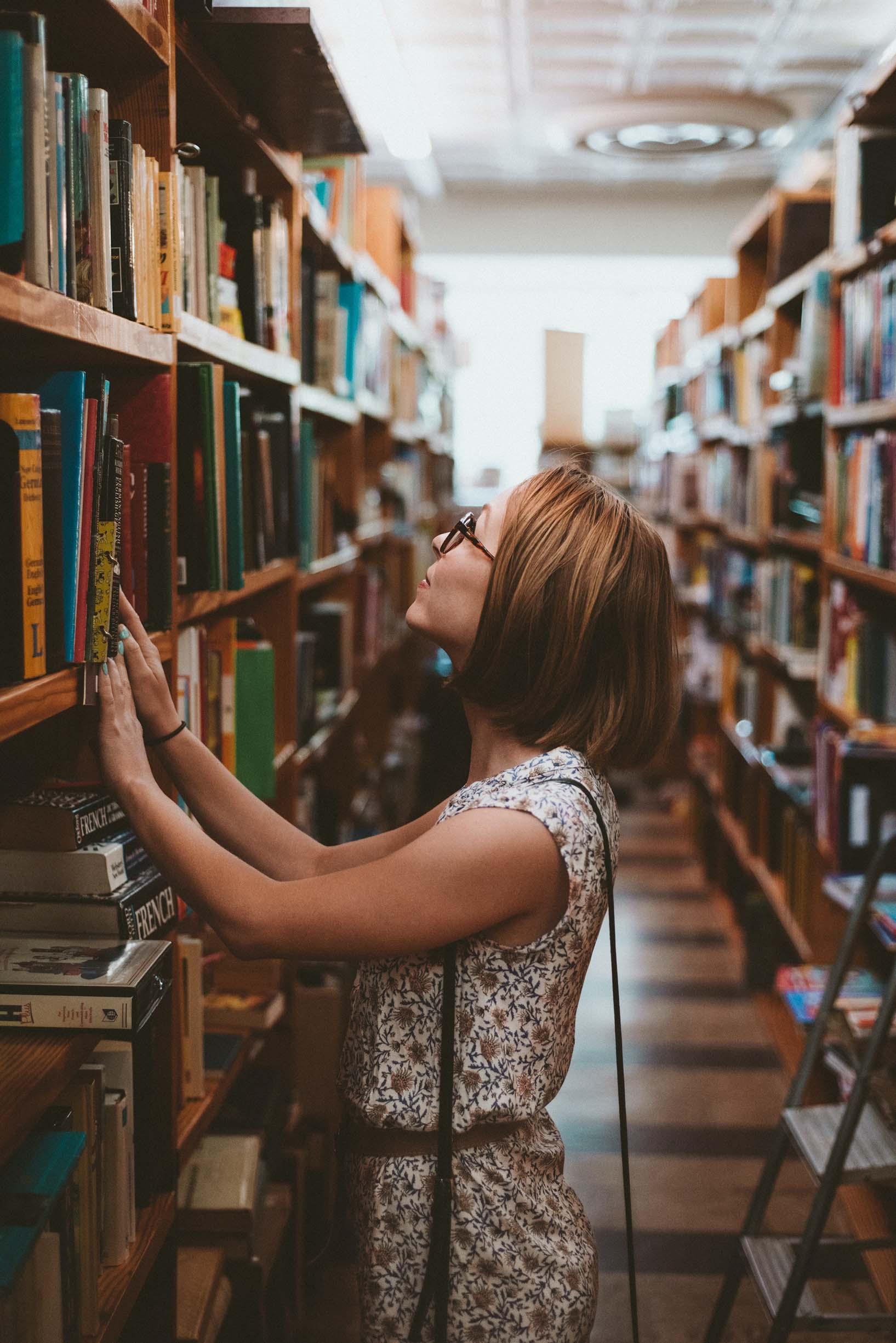 Femme faisant son choix de programme orthographiq