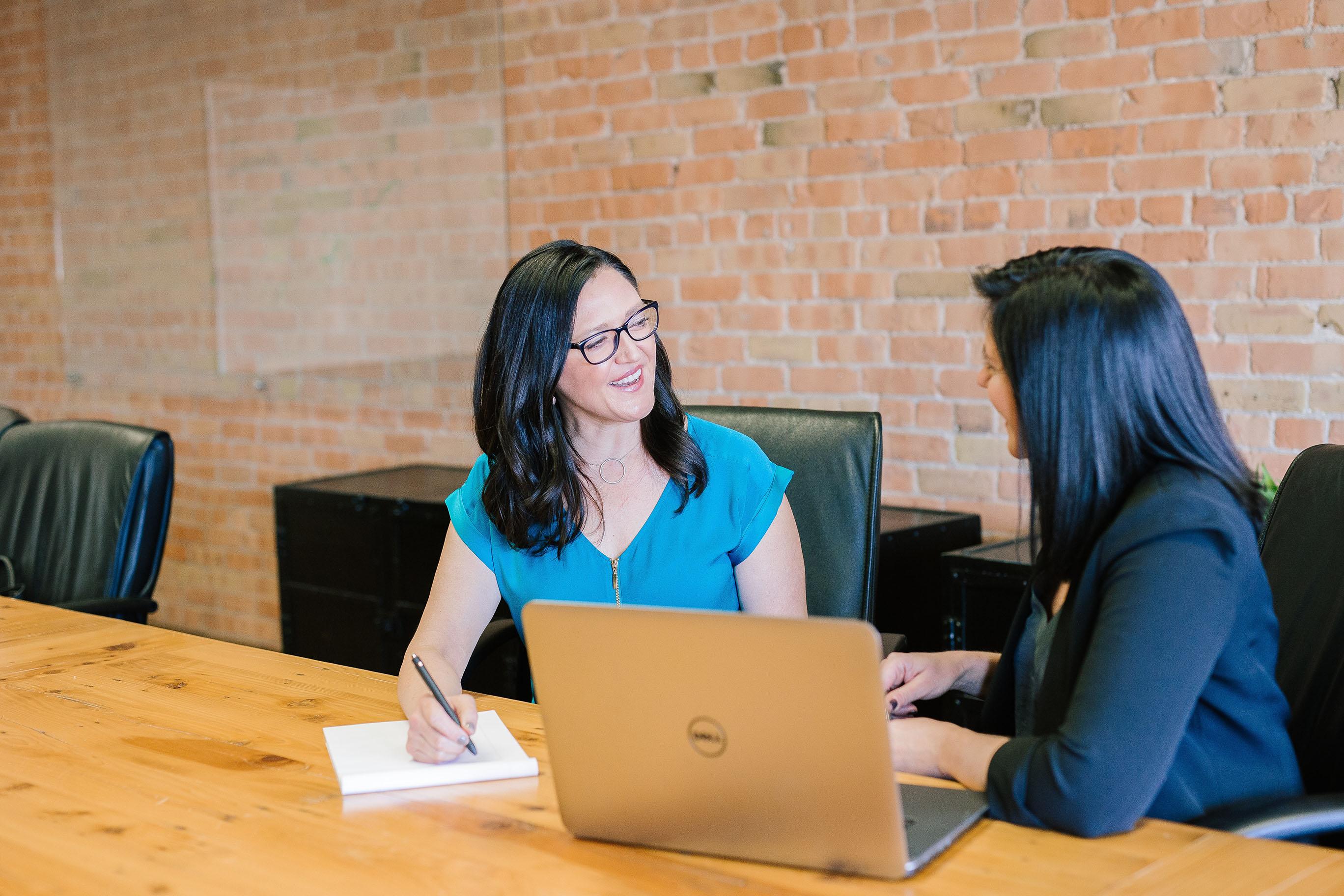 deux femmes discutant autour d'une table orthographiq