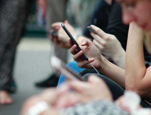 Une personne avec un téléphone dans les main.