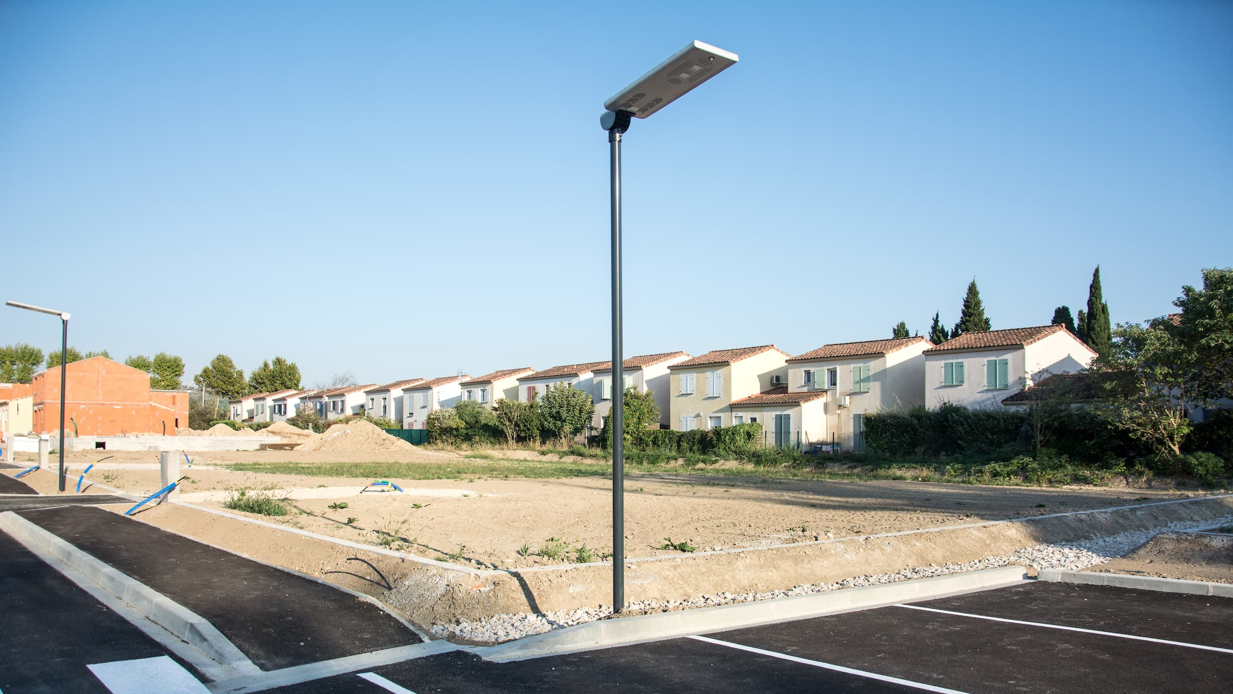 All-in-one solar street light vs. split type tells the advantages and disadvantages of these two solar street lights, help you to make a right decision