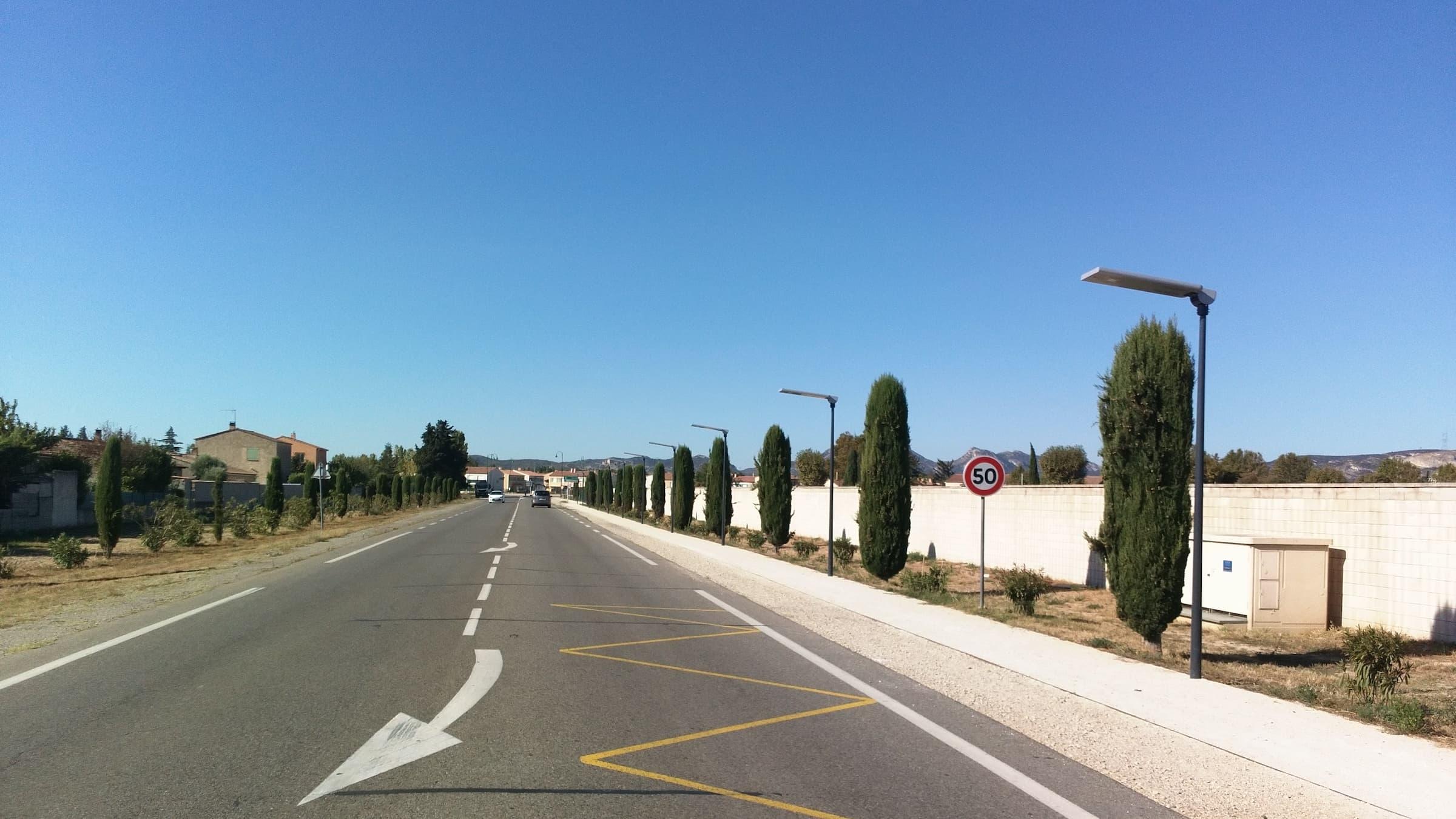 integrated-solar-street-light-installation-in-expressway-in-France