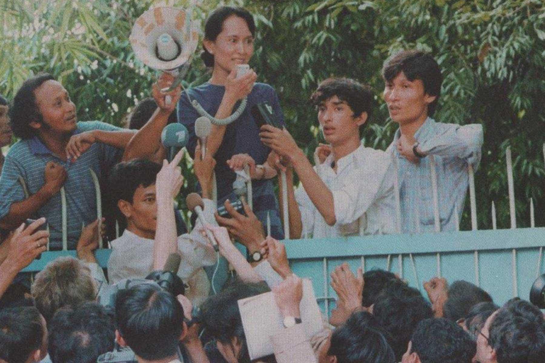 Aung San Suu Kyi speaks to a gathered crowd.