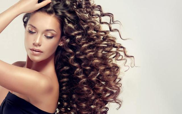A girl brown body wave perm Curly-hair
