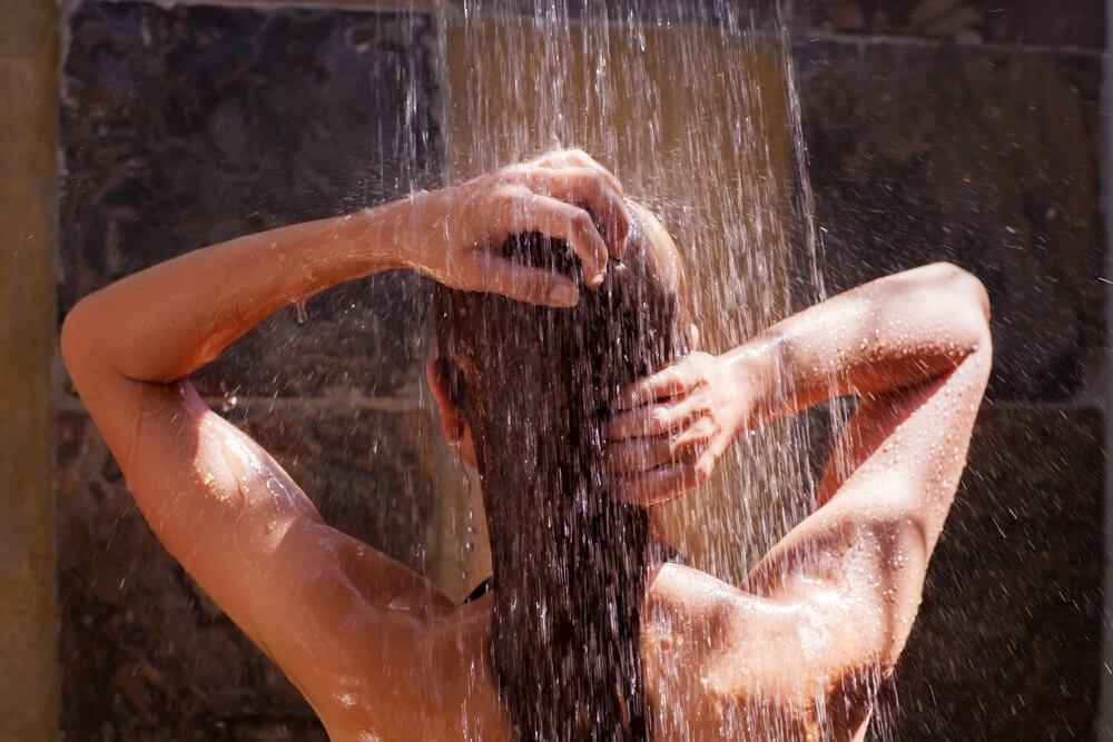Cold water rinse leaves the hair glossy and shiny