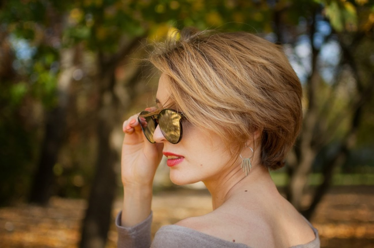 Short elegant lone hair
