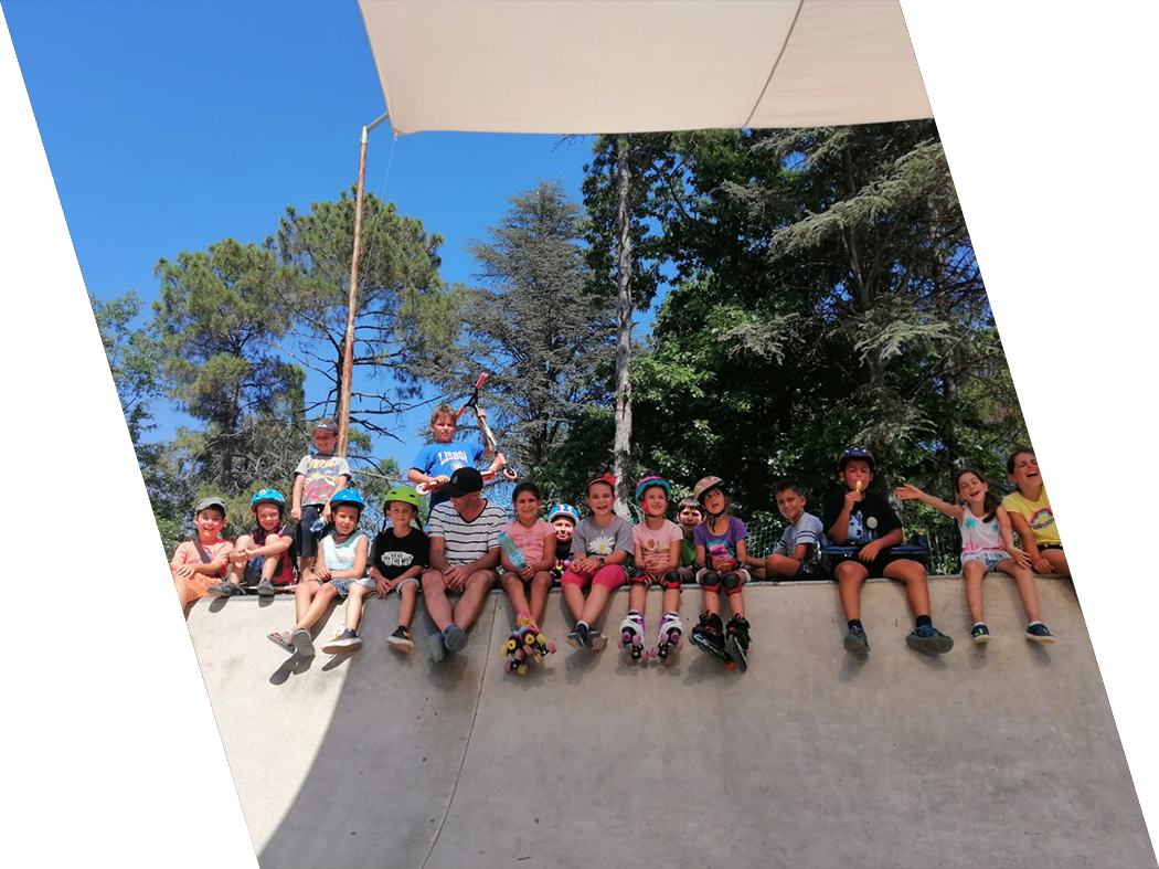 Image with a group of people enjoying a camp