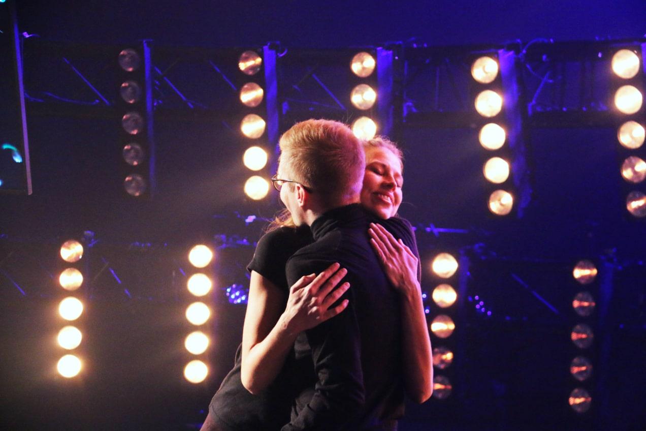 Rosa Salmivuori and Matti Petteri Pöntiö hugging on the 4UNI stage.