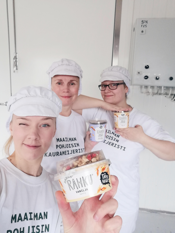 Valokuva Mariaana Jukkolasta ja Mön kaurameijerin työntekijöistä.