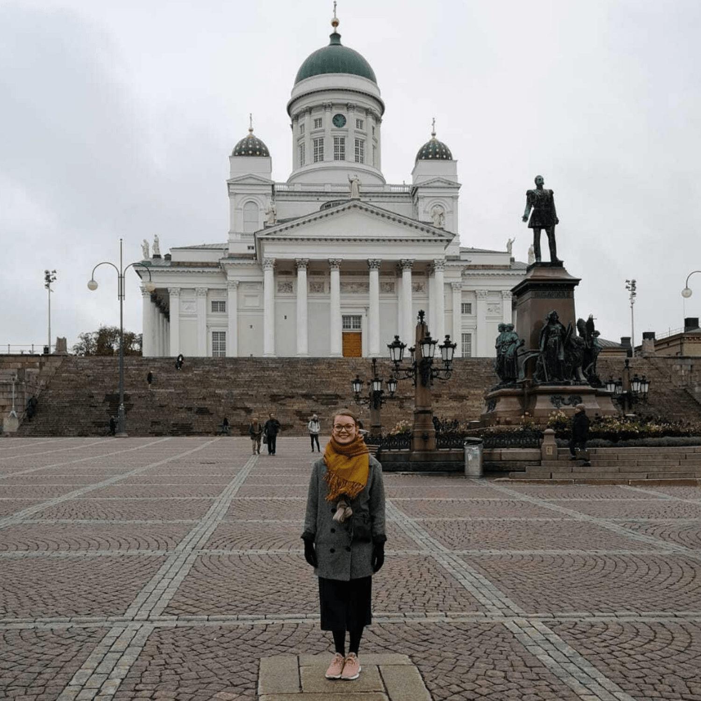 Maiju Palomäki Helsingin tuomiokirkon edessä.