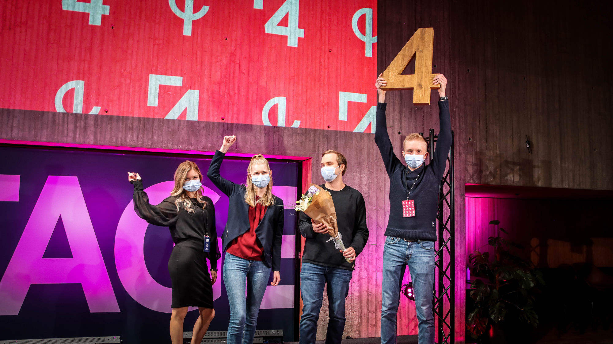 4UNI voittajatiimi Etä-Eko juhlimassa voittoaan lavalla.