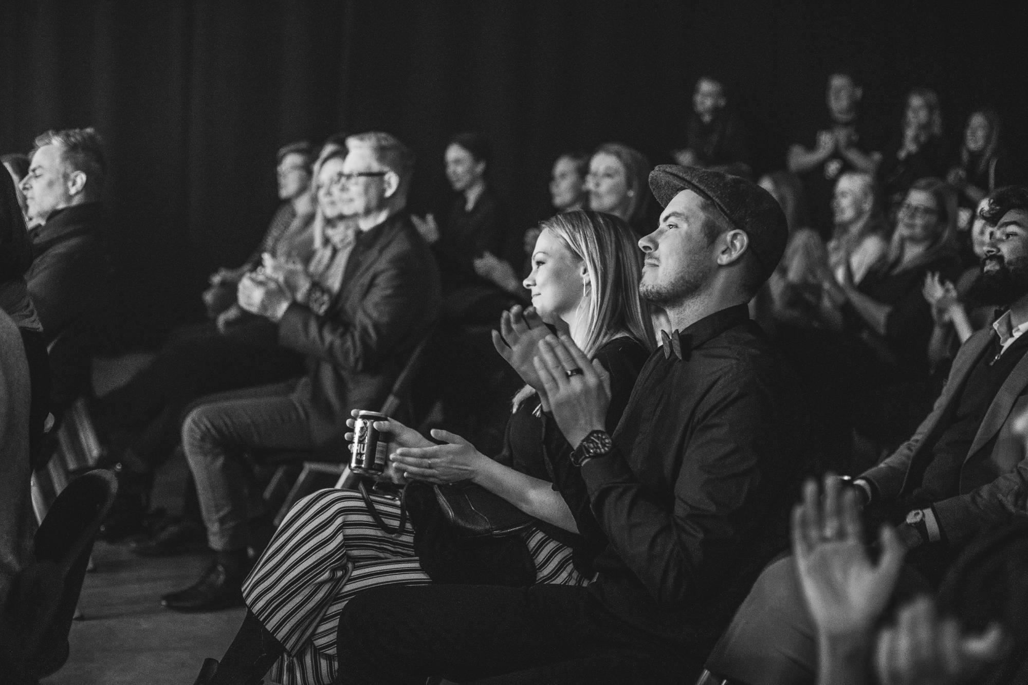 Taputtava yleisö, mustavalkoinen valokuva.