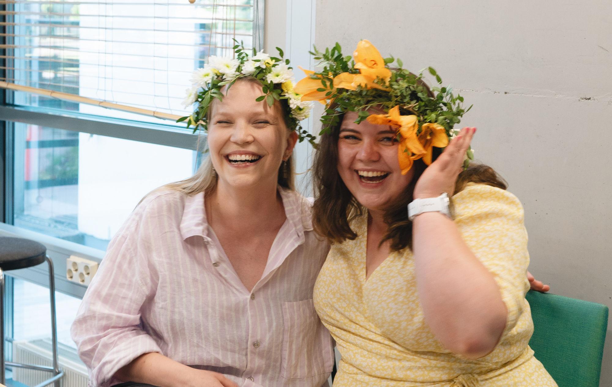 Iloinen valokuva Suvi Jutilasta ja Francesca Åströmistä.