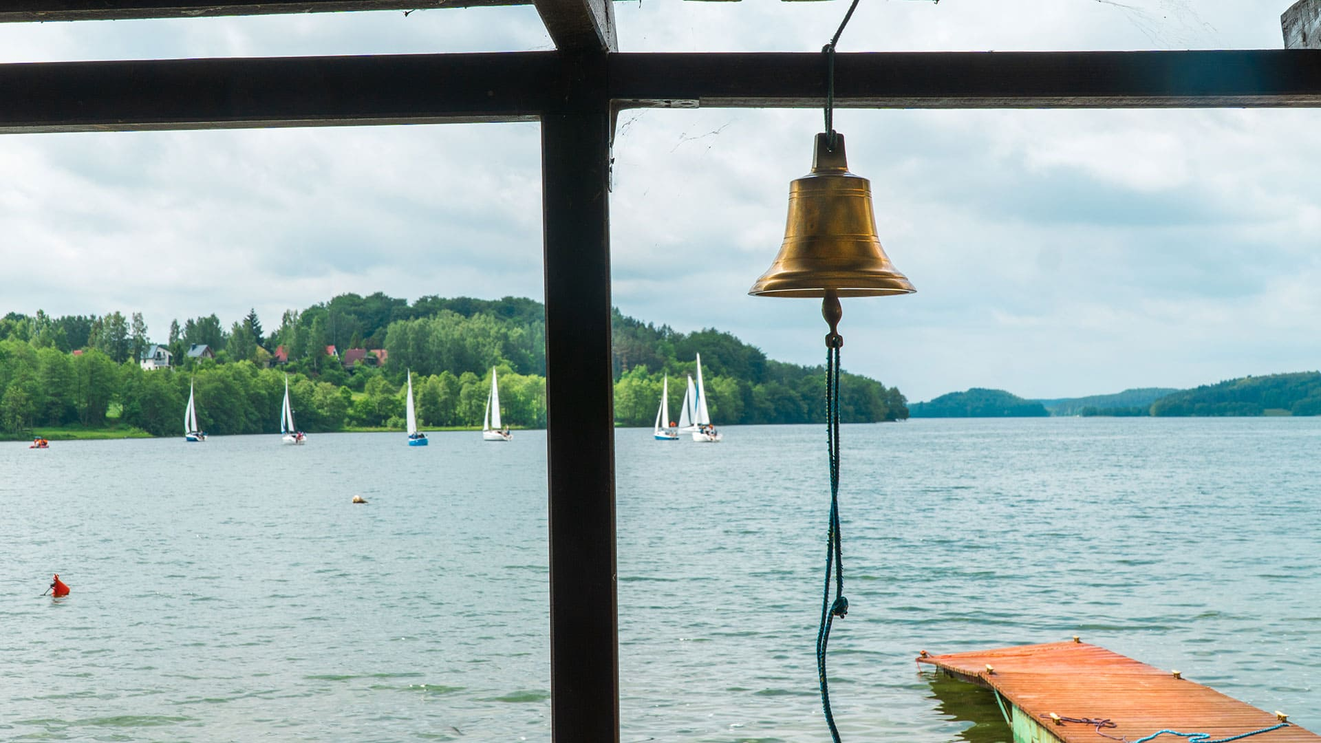 widok z przystani na jezioro raduńskie z jachtami