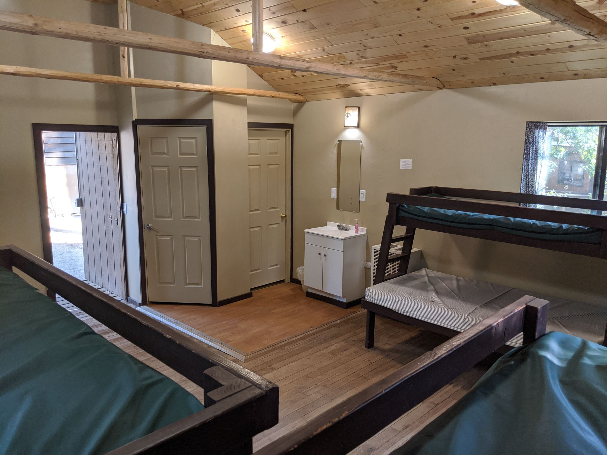 Indoor picture of Friendly Pines cabin