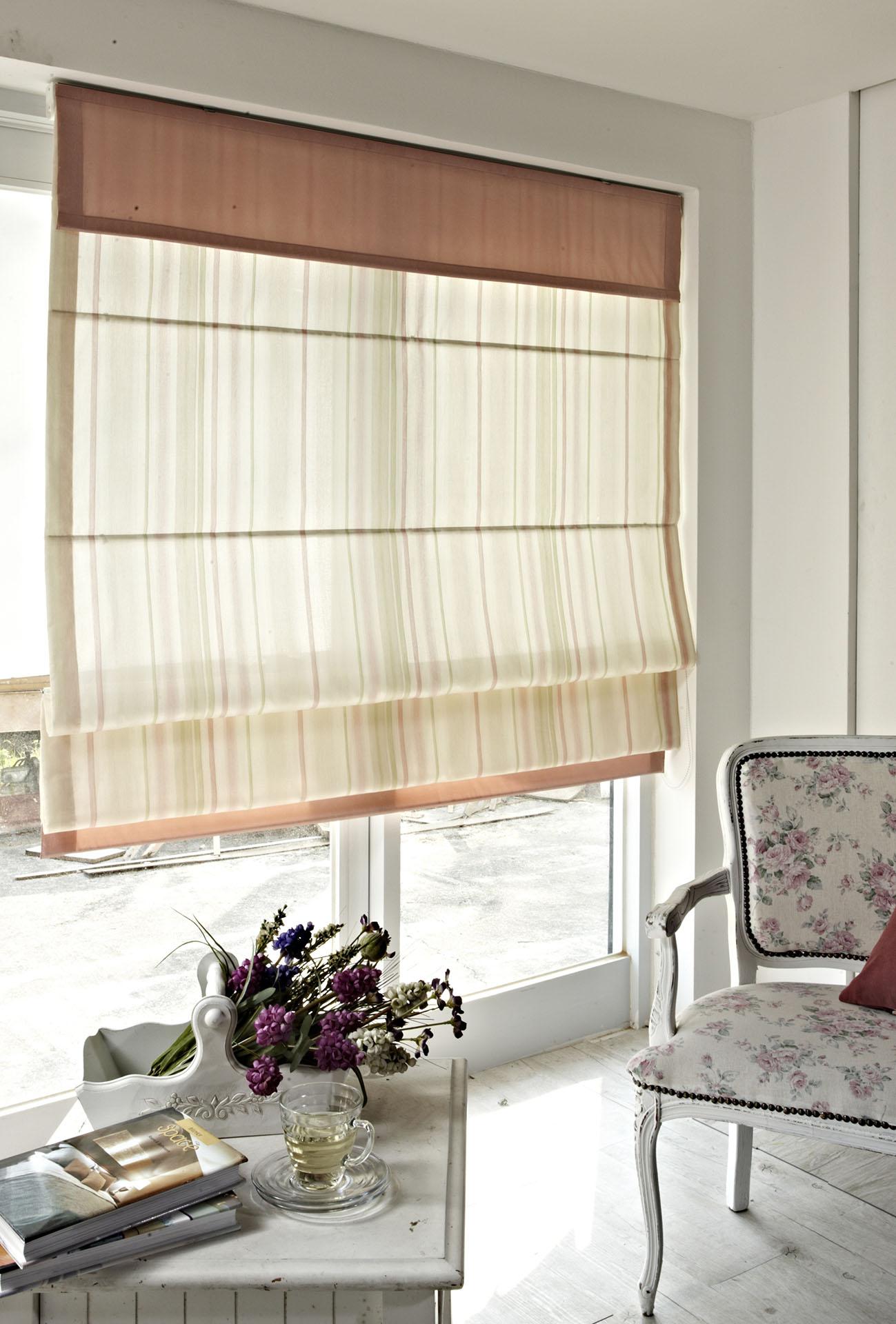 Textilní látkové rolety na francouzských oknech