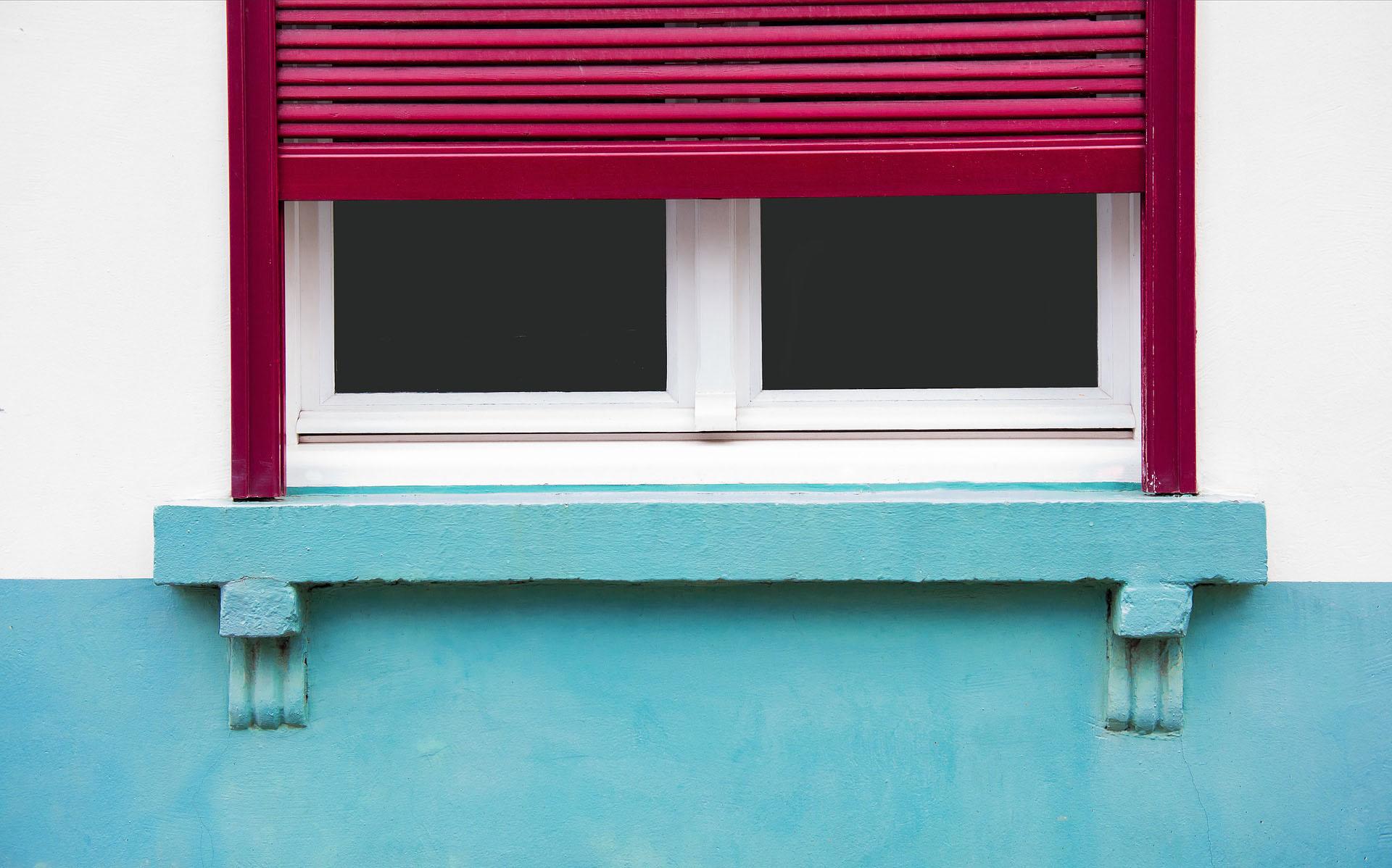 Červené venkovní hliníkové rolety na stěně