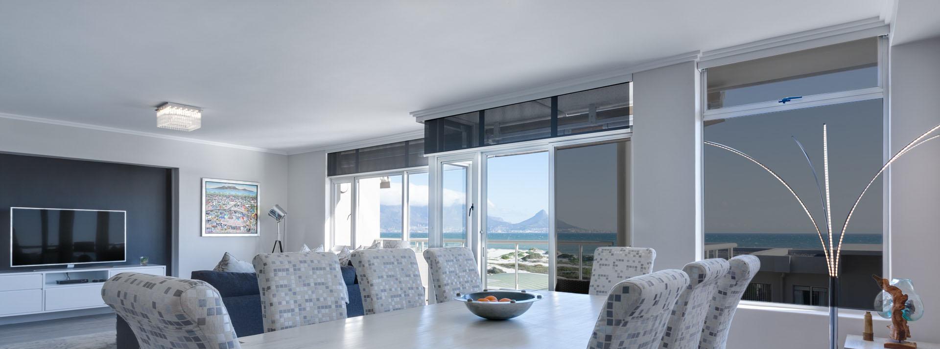Moderní interiér domu se zatmavenými okny díky fóliím
