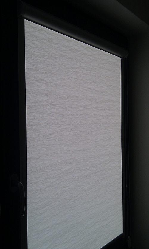 Roletka v kazetě na okno