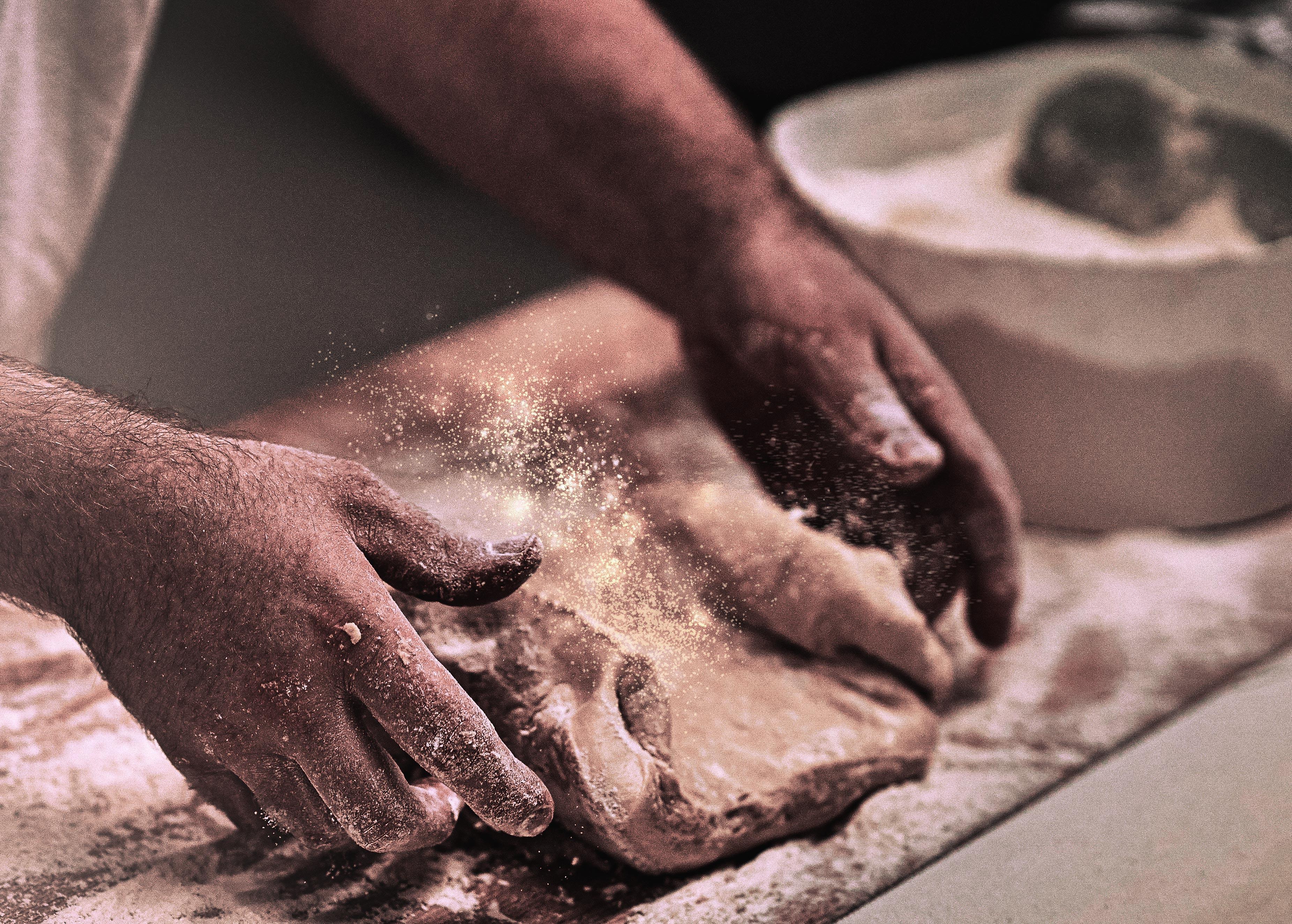 Bäcker der Teig knetet.