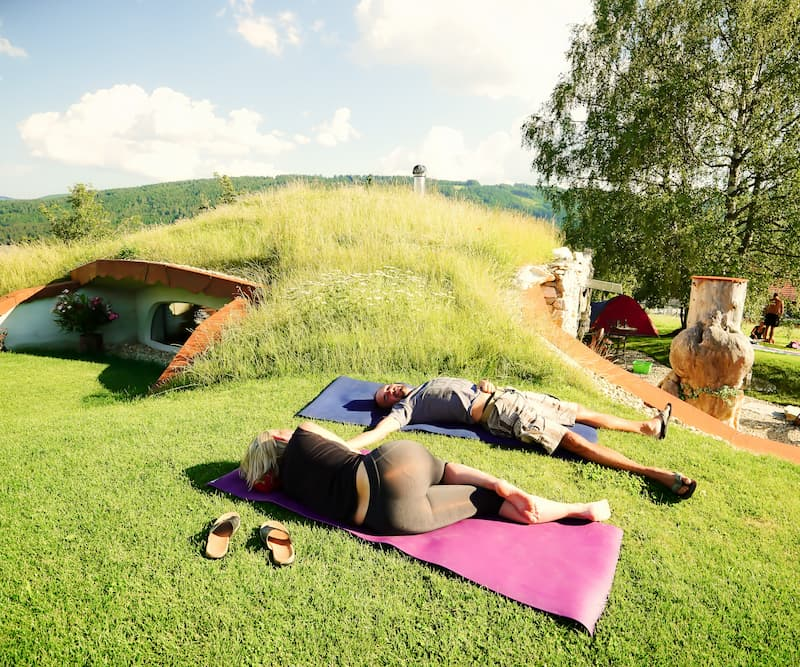 Yoga Übung im Freien, Erdhügeljurte