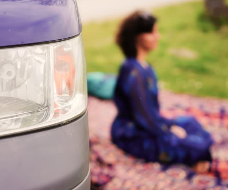 Meditation vor dem Camper