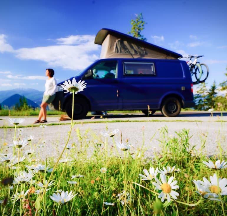 Pfauenblau Camper mit blauen Himmel