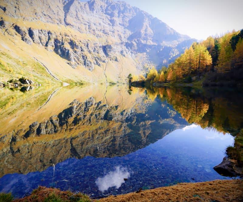 herbstlicher Bergsee