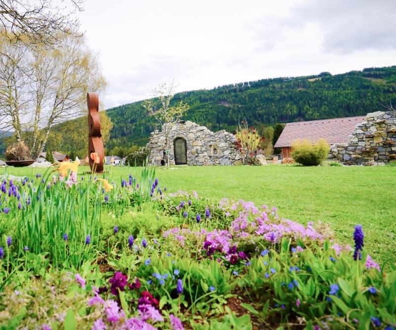 Garten der Erdhügeljurte mit Blumen